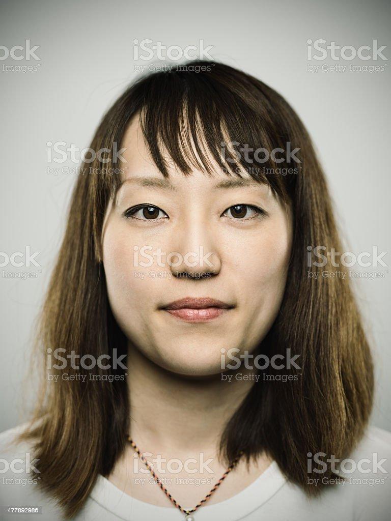 Retrato de una joven mujer mirando a la cámara japonés - foto de stock