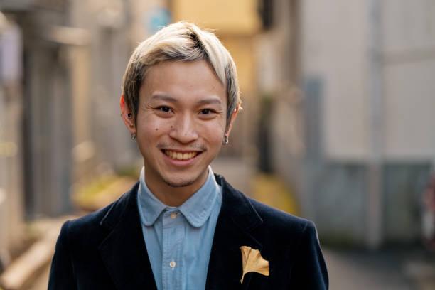 portrait of a young male adult - capelli ossigenati foto e immagini stock