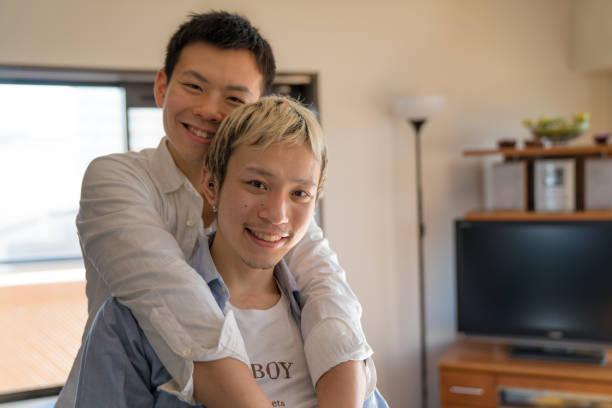 自宅に若い男性のカップルの肖像画 - lgbtqi  ストックフォトと画像