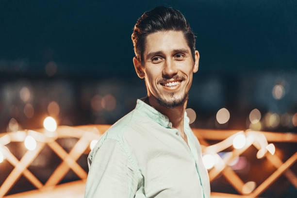 portret van een jonge man - portait background stockfoto's en -beelden