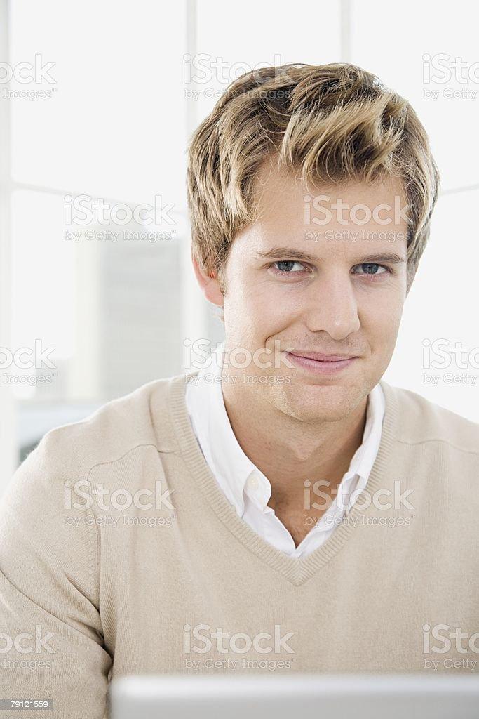 젊은 남자 밤 인물 사진 royalty-free 스톡 사진