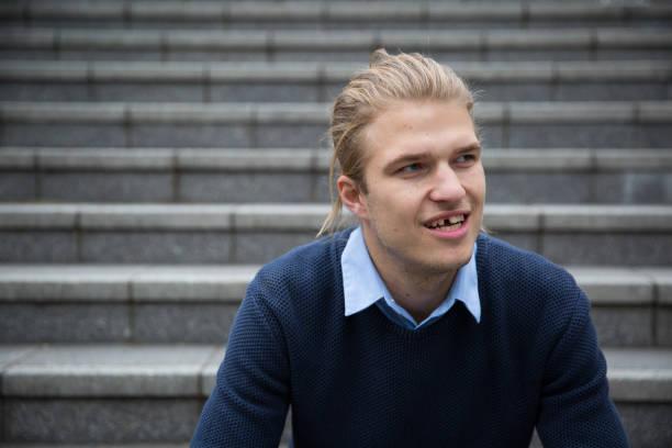 porträt eines jungen mannes mit einem fehlenden zahn - zahnlücke stock-fotos und bilder