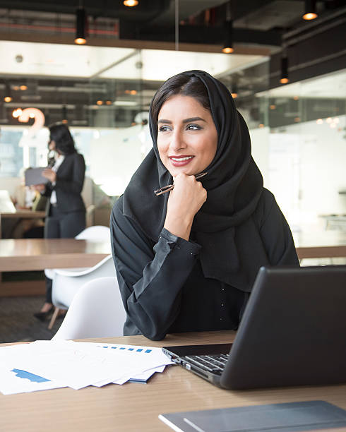 portrait of a young middle eastern businesswoman at work - emirati woman 個照片及圖片檔