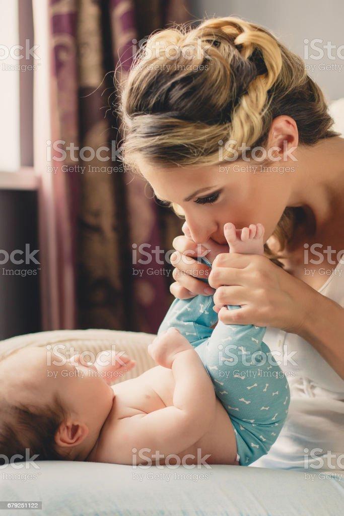 Portrait d'une jeune mère et son fils nouveau-né à la maison photo libre de droits