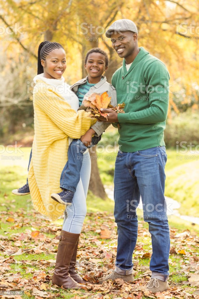 Portrait of a young smiling family holding leaves foto stock royalty-free