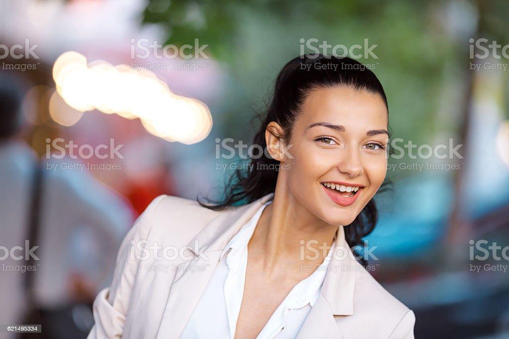 Ritratto di una giovane donna sorridente  foto stock royalty-free