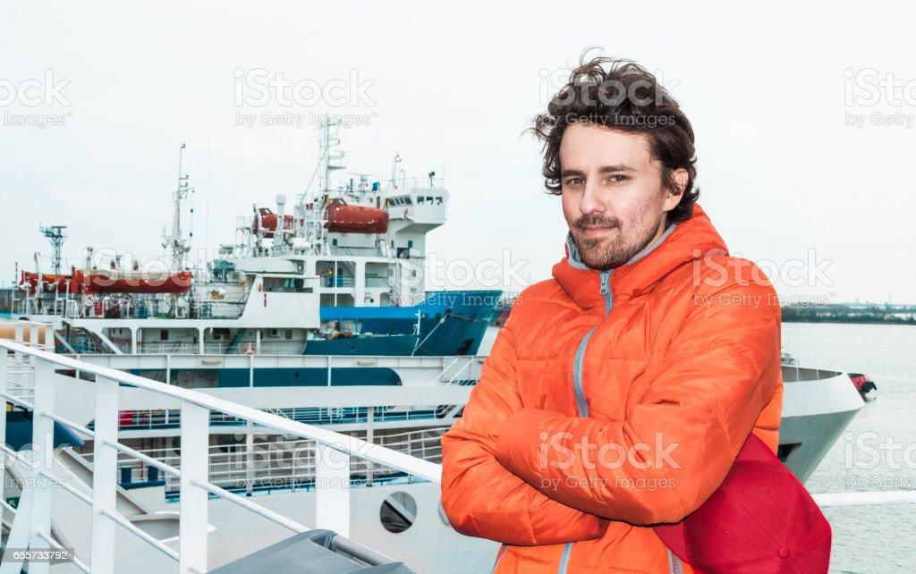 Porträt eines jungen erfolgreichen Mannes auf dem Meer Landschaft im Hintergrund. – Foto