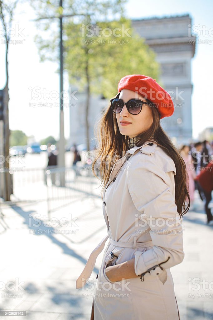 Retrato de un joven turista mujer caminando en París - foto de stock