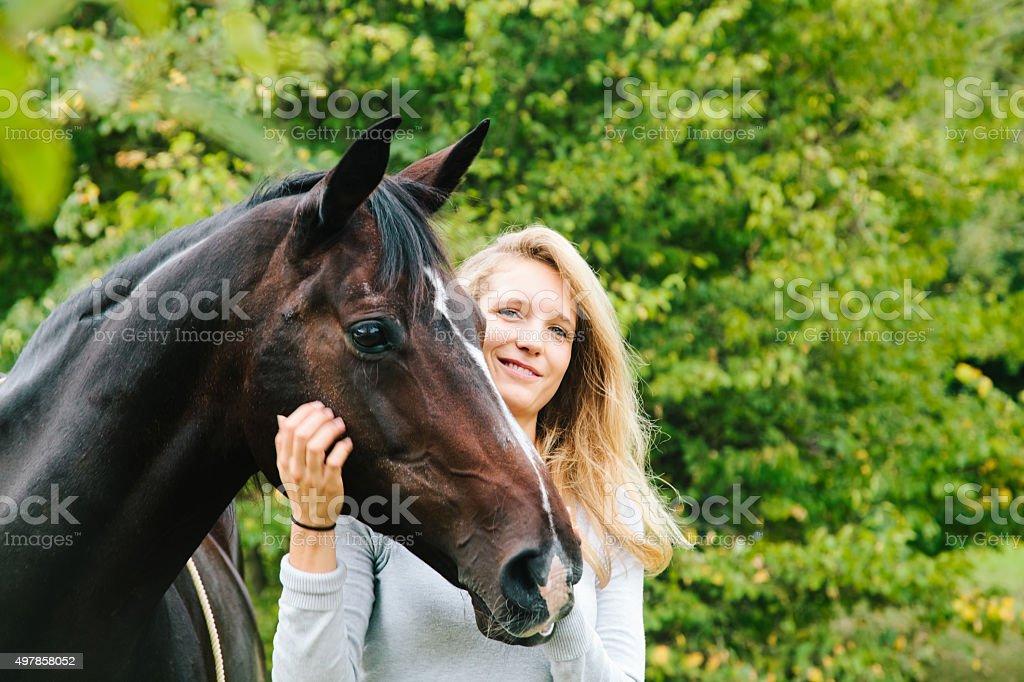 Porträt einer jungen Frau und Pferd – Foto