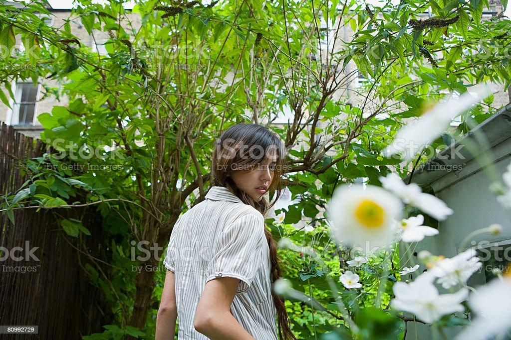 Retrato de uma jovem mulher em um jardim foto de stock royalty-free