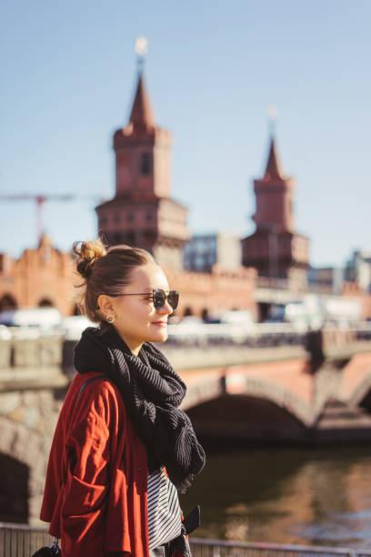 porträt einer jungen frau in berlin, deutschland - oberbaumbrücke stock-fotos und bilder