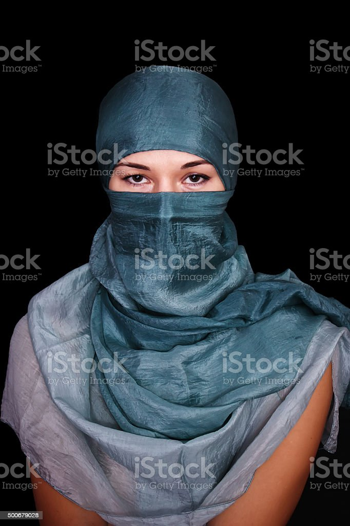 Porträt einer jungen Frau mit hijab auf schwarzem Hintergrund. – Foto