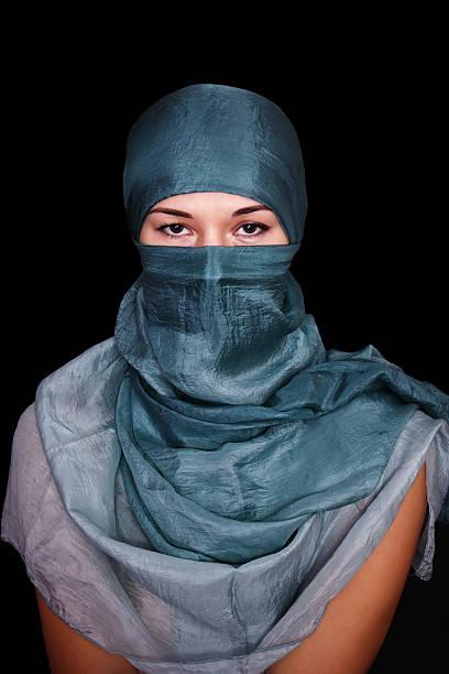 porträt einer jungen frau mit hijab auf schwarzem hintergrund. - burka stock-fotos und bilder