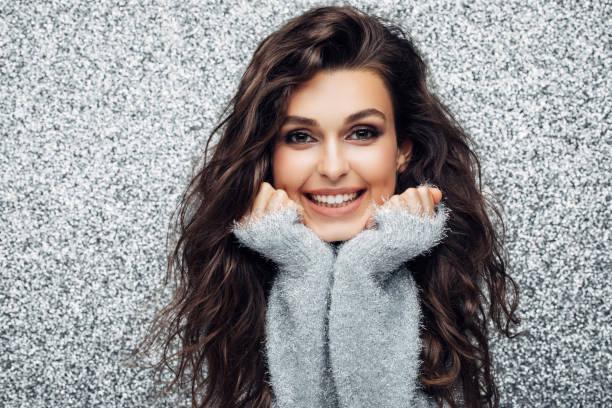 portrait of a young woman with a beautiful smile - capelli castani foto e immagini stock