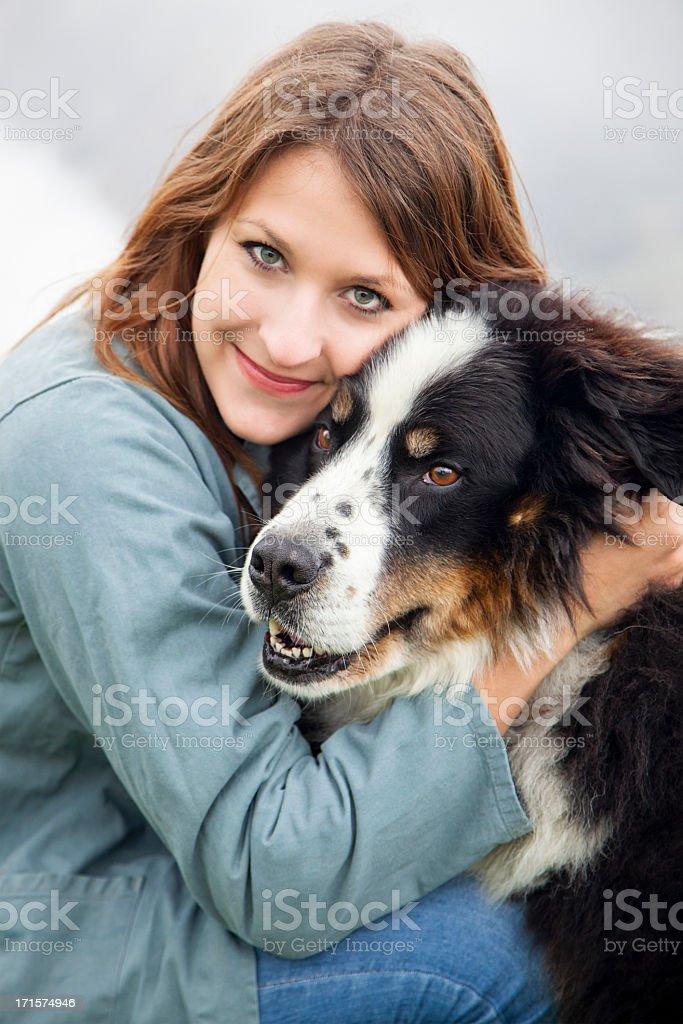Attraktive junge Frau umarmen Ihr Berner Sennenhund – Foto