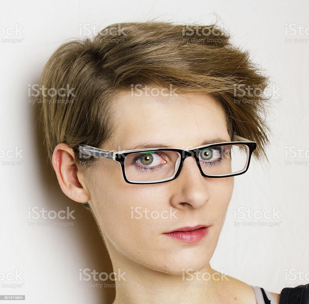 Portrait of a young woman with short hair and glasses photo libre de droits