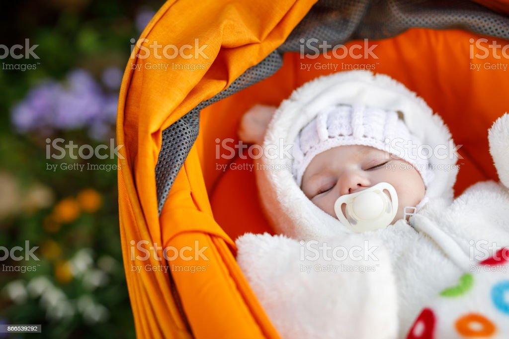 Porträt von liebenswert neugeborenes Baby in warme Winterkleidung – Foto