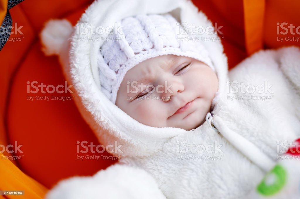 new arrival 9b1a6 3659e Porträt Von Liebenswert Neugeborenes Baby In Warme ...