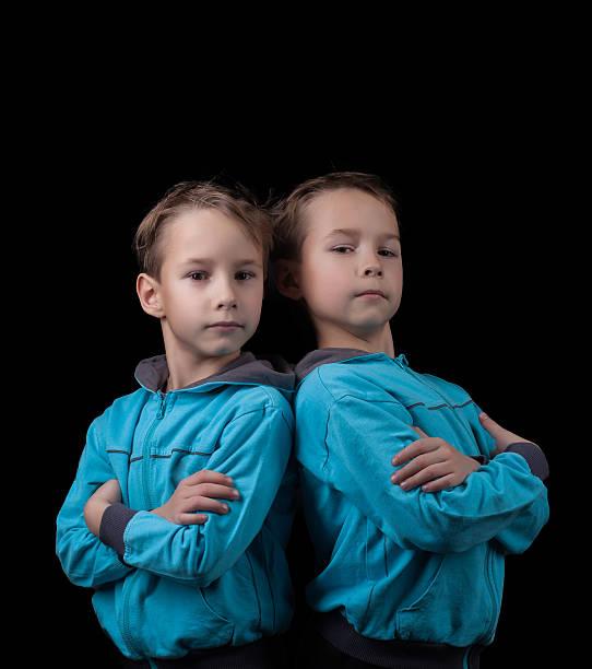 Porträt von niedlichen zwei jungen isoliert auf Schwarz – Foto