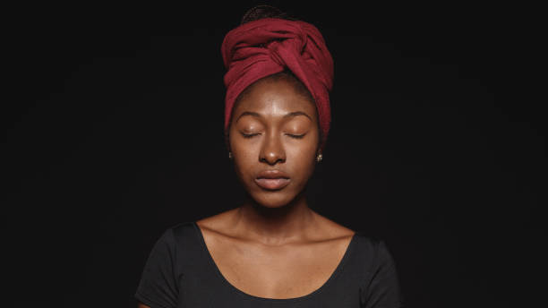 porträt afrikanischer frau im headwrap - augen geschlossen stock-fotos und bilder