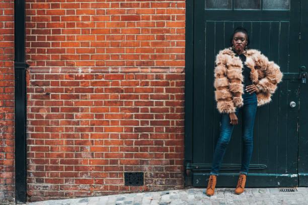 retrato da mulher africana, vivendo em londres, uk - girl power provérbio em inglês - fotografias e filmes do acervo