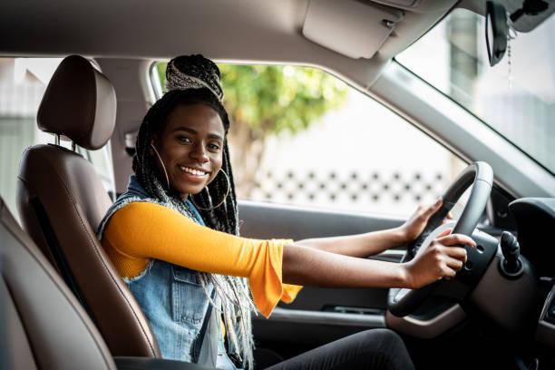 porträt von afrikanische frau im auto - autos für fahranfänger stock-fotos und bilder