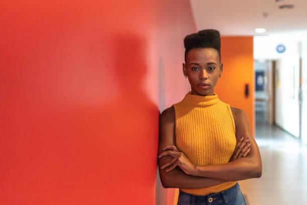 portrait de jeune femme d'affaires d'afrique - coiffure africaine photos et images de collection