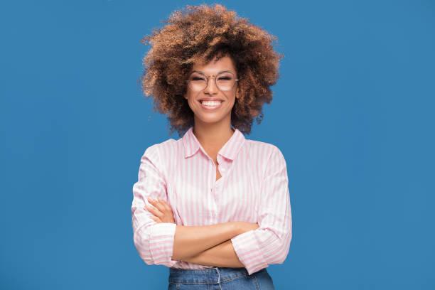 안경에 아프리카 여자의 초상화입니다. - 아프로 머리 뉴스 사진 이미지