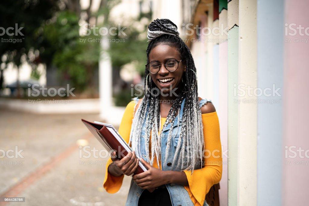 Retrato de estudante Afro - foto de acervo
