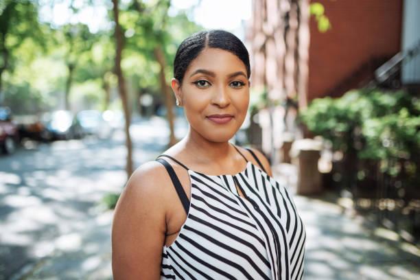 retrato de mulher jovem e bonita afro-caribenhos no vestuário casual - body positive - fotografias e filmes do acervo