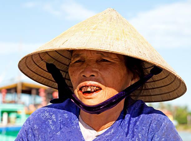 porträt von alter asiatische frau tragen traditionelle conical hat, vietnam - monster stock-fotos und bilder