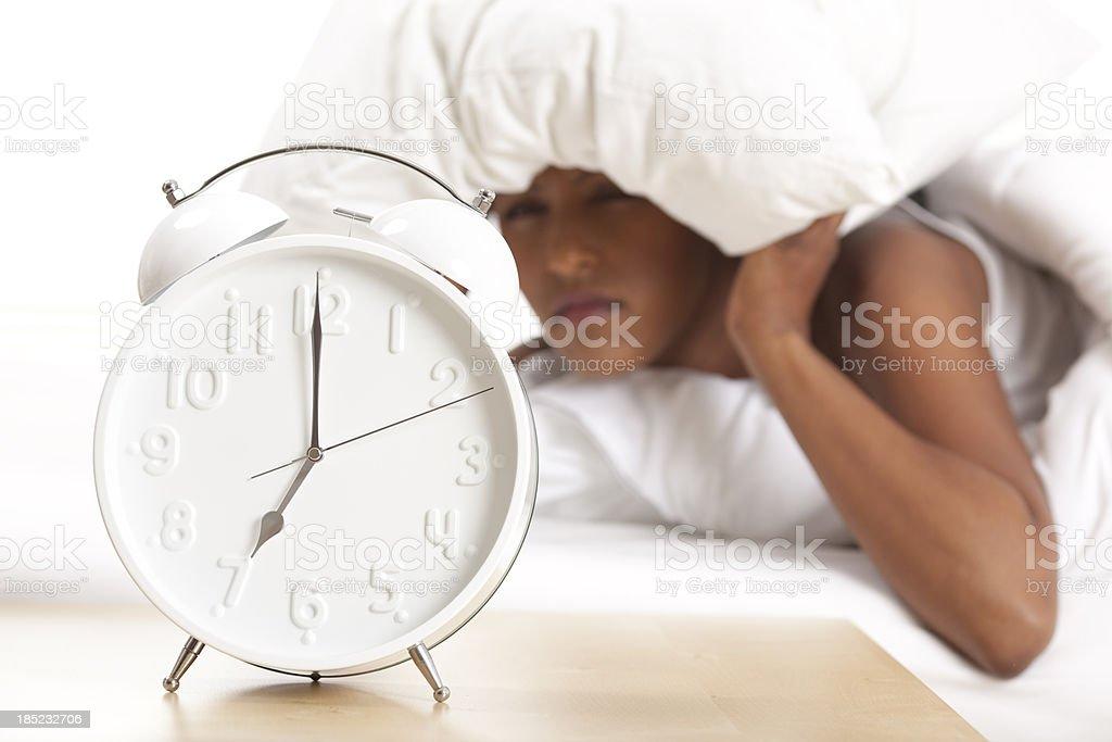 Retrato de despertador e perturbar mulher no fundo - foto de acervo