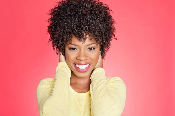 ritratto di una donna afro-americana - capelli ricci foto e immagini stock