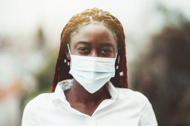 portrait of an african woman in mask - covid hair imagens e fotografias de stock
