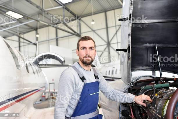 Porträt Von Flugzeugmechaniker In Einem Hangar Mit Jets Am Flughafen Checkdas Flugzeug Für Sicherheit Und Technische Funktion Stockfoto und mehr Bilder von Anpassen