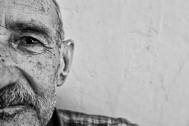 porträt eines alzheimer-patienten, nahaufnahme - einzelner senior stock-fotos und bilder