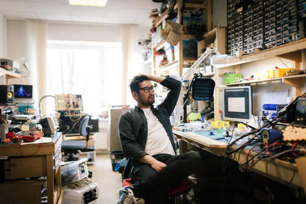 portrait of an asian computer engineer - desarrumação imagens e fotografias de stock