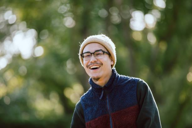 公園で眼鏡をかけるアジア男性の肖像画 ストックフォト
