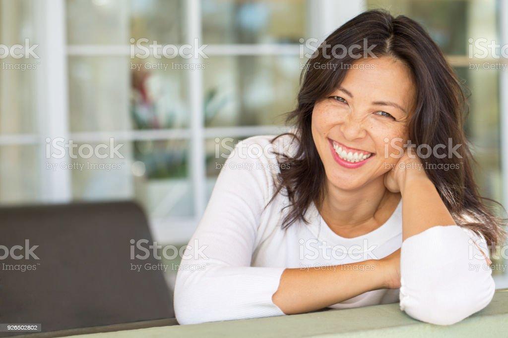 Porträt einer asiatischen Frau lächelnd. – Foto