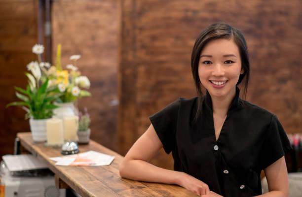 スパで働くアジアの女性の肖像画 - エステ ストックフォトと画像