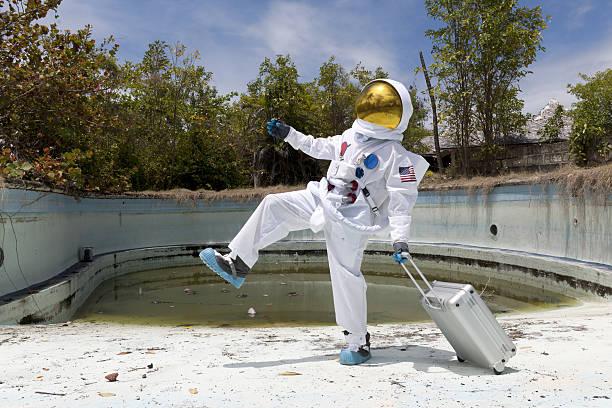 Porträt eines Astronauten in leeren Swimmingpool. – Foto