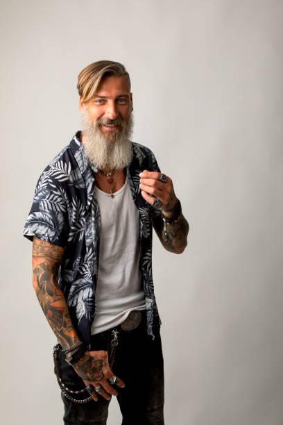 porträt eines attraktiven fröhlichen mannes mit einem bart auf weißem hintergrund isoliert - mann bart freisteller stock-fotos und bilder