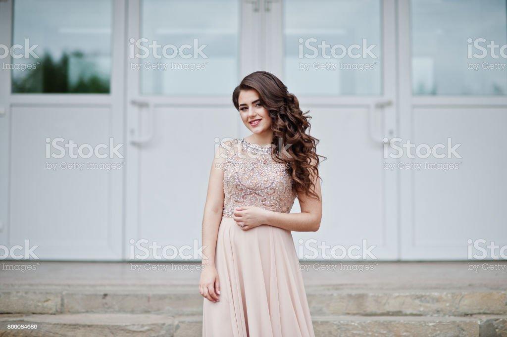 Porträt eines attraktiven Mädchen stehen und posiert auf der Treppe in erstaunliche Kleider nach dem Abitur. – Foto