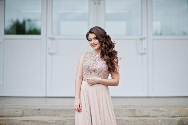 porträt eines attraktiven mädchen stehen und posiert auf der treppe in erstaunliche kleider nach dem abitur. - high school abschlußball stock-fotos und bilder
