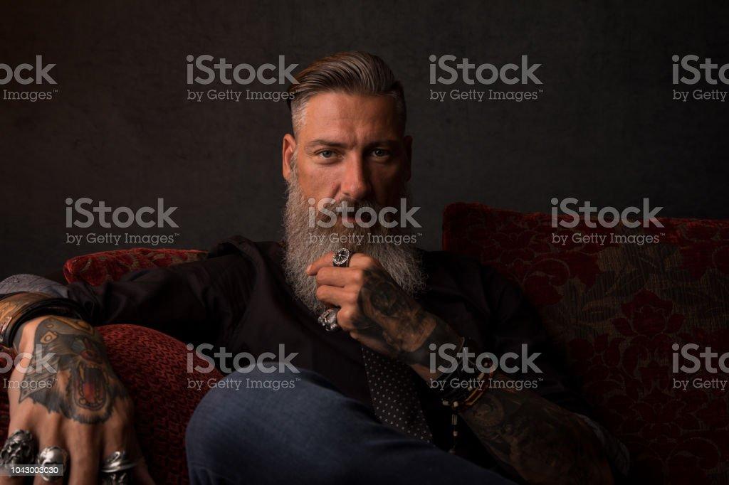 Retrato de um homem de negócios moderno atraente na frente de um fundo escuro - foto de acervo