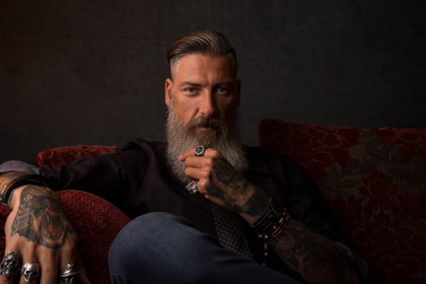 어두운 배경 앞에 매력적인 현대적인 비즈니스 남자의 초상화 - 턱수염 뉴스 사진 이미지