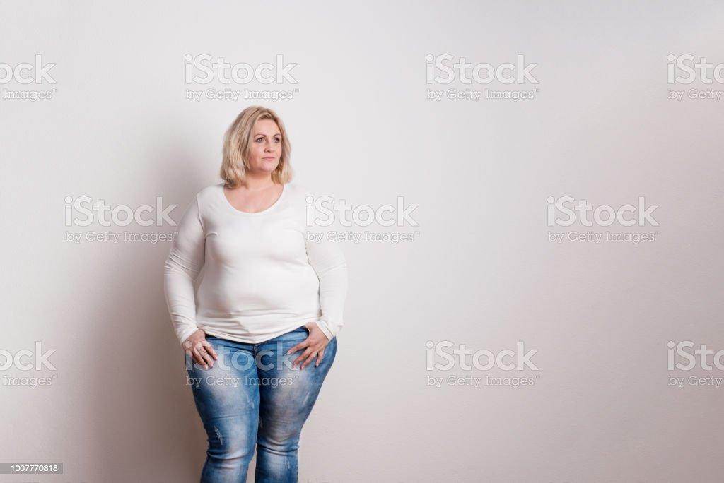 Porträt einer attraktiven übergewichtige Frau im Studio auf einem weißen Hintergrund. – Foto