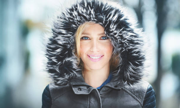 porträt von einer attraktiven frau in winterkleidung. - lederjacke mit kapuze damen stock-fotos und bilder