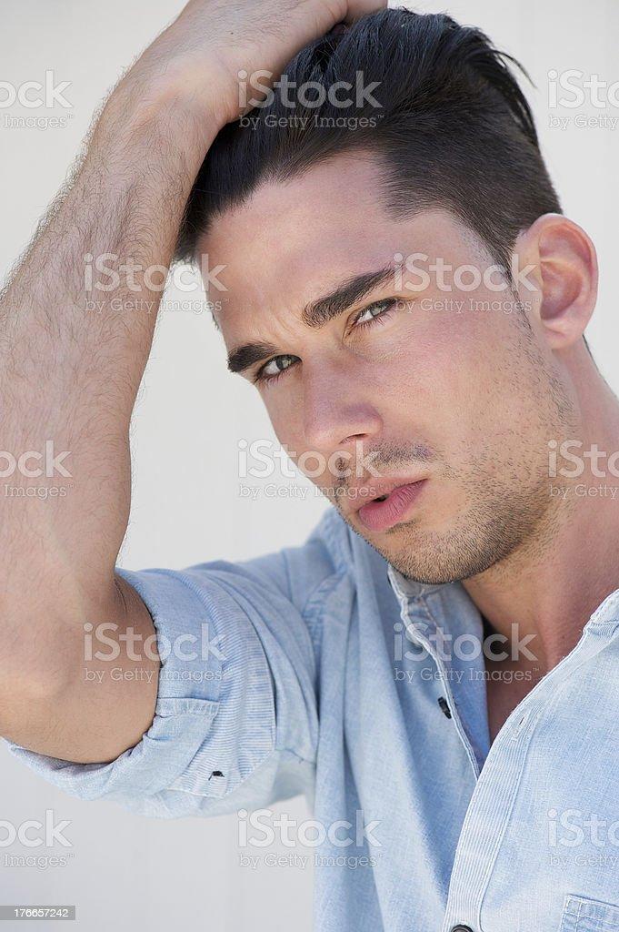 Retrato de una joven atractiva con la mano en el cabello foto de stock libre de derechos
