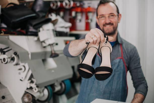 Retrato de un auténtico Zapatero zapatos de fijación - foto de stock